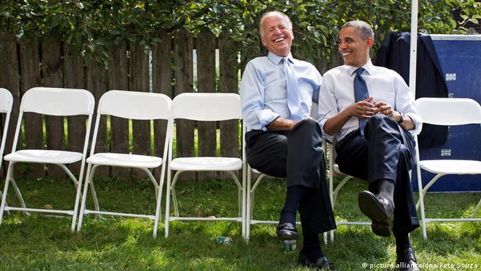 US-Präsident Barack Obama sitzt zusammen mit US-Vizepräsident Joe Binden auf weißen Klappstühlen, die auf dem Rasen stehen. (Foto: Official White House Photo/Pete Souza/CC BY 2.5)