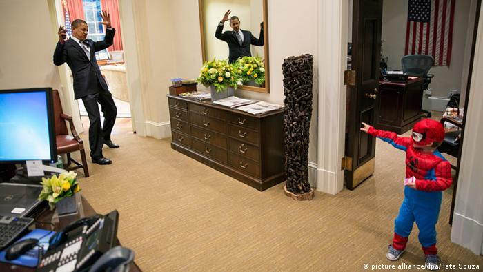 Obama and boy in Spiderman outfit (picture alliance/dpa/Pete Souza)