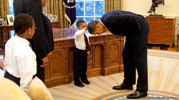 Pete Souza image of Barack Obama show a young boy touching Obama's hair (picture alliance/dpa/Pete Souza)