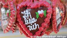 Lebkuchenherzen mit der Aufschrift Ich liebe Dich (picture-alliance/dpa/F. Hörhager)