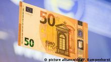 5.7.2016*** Eine der überarbeiteten 50-Euro-Banknoten ist am 05.07.2016 in Frankfurt am Main (Hessen) in der Zentrale der Europäischen Zentralbank (EZB) kurz nach der Präsentation zu sehen. Foto: Frank Rumpenhorst/dpa   Verwendung weltweit picture alliance/dpa/F. Rumpenhorst