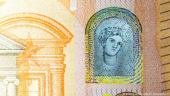 Від нової серії євробанкнот вимагають одного: запобігання підробкам. Першими у 2013 році були випущені нові 5 євро, у 2014-му - 10 євро, у 2015-му - 20 євро. Тепер настав час нової п'ятдесятки. Нові банкноти номіналом 100 та 200 євро мають з'явитися у 2018 та 2019 роках. А от нової п'ятсотки, запровадження якої планували на 2019 рік, можуть і не випустити.
