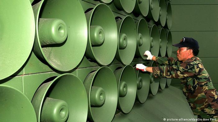 Südkorea Paju Soldat an Lautsprecheranlage (picture-alliance/dpa/Jin-Hee Park)