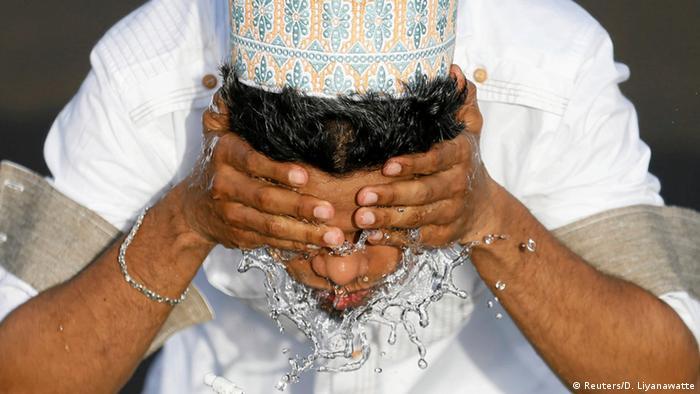 Sri Lanka Waschung zum Ramadanfest Zuckerfest (Reuters/D. Liyanawatte)