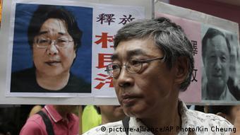 China Hongkong freigelassener Buchhändler Lam Wing-kee (picture-alliance/AP Photo/Kin Cheung)