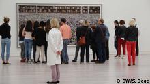 ACHTUNG: Nur Verwendung im Zusammenhang mit der Ausstellung Andreas Gurski - Nicht Abstrakt in der Kunstsammlung NRW! Dauer 02.07. – 06.11.2016 Motiv: Besucher vor Gursky-Bild Amazon Datum: 6.7.2016 Ort: Düsseldorf © DW/S. Dege