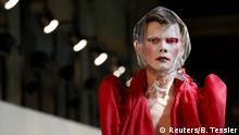 Bildergalerie Paris Fashion 06.07.2016 **** A model presents a creation by British designer John Galliano as part of his Haute Couture Fall/Winter 2016/2017 collection for Maison Margiela fashion house in Paris, France, July 6, 2016. REUTERS/Benoit Tessier Copyright: Reuters/B. Tessier