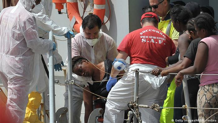 Italien Symbolbild Cameroonian woman gives birth on Italian vessel (Getty Images/AFP/G. Isolino)