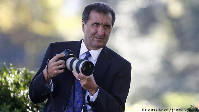 Pete Souza behind the camera (picture-alliance/AP Photo/C. Dharapak)