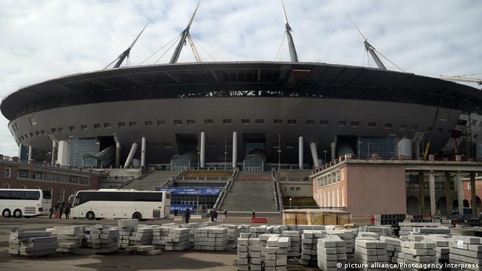 Вид на главный вход стадиона и строительные матеиралы перед ним