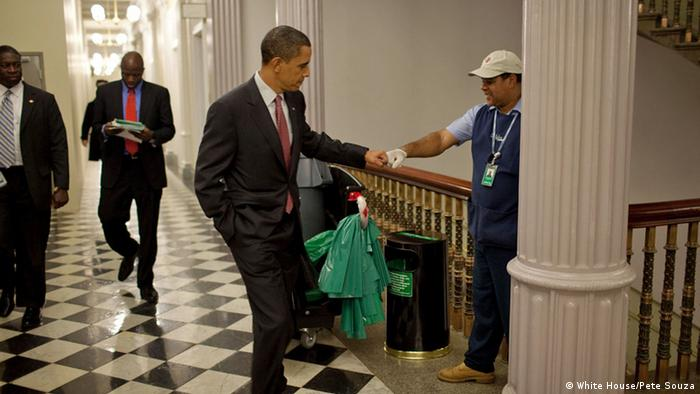 Washington White House Präsident Barack Obama fist bumps custodian (White House/Pete Souza)