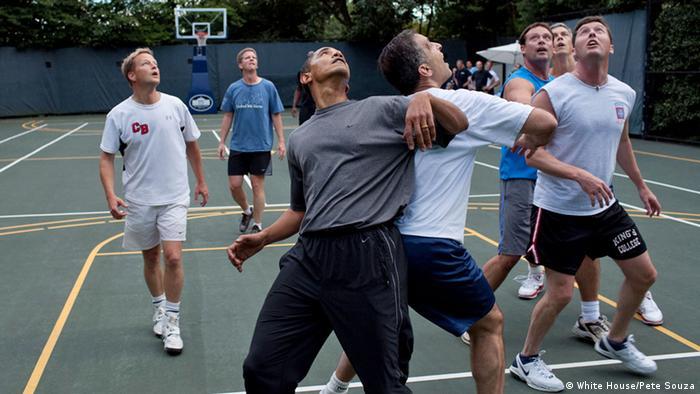 Präsident Barack Obama und seine Mitarbeiter spielen gemeinsam Basketball. (Foto: White House/Pete Souza)