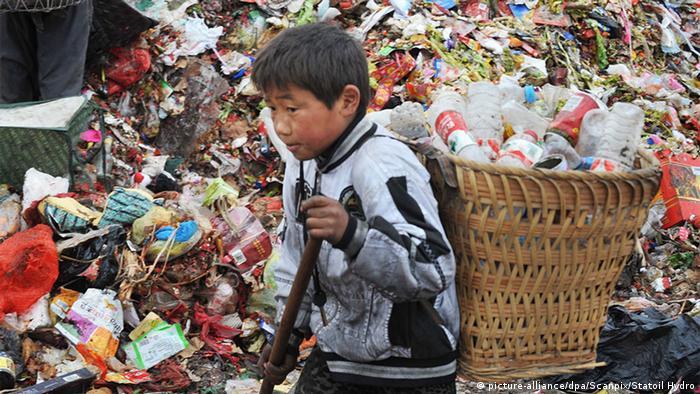China Kind von Migranten auf Müllhalde in Guiyang (picture-alliance/dpa/Scanpix/Statoil Hydro)