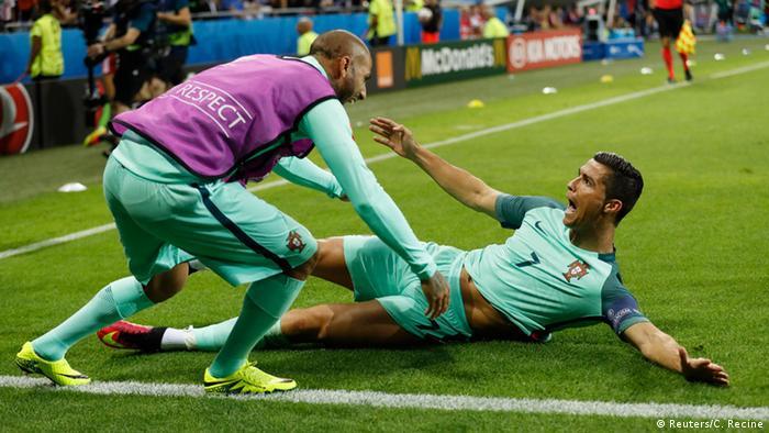 5fd9cae9d3 Cristiano Ronaldo celebrou com Ricardo Quaresma seu nono gol em Eurocopas
