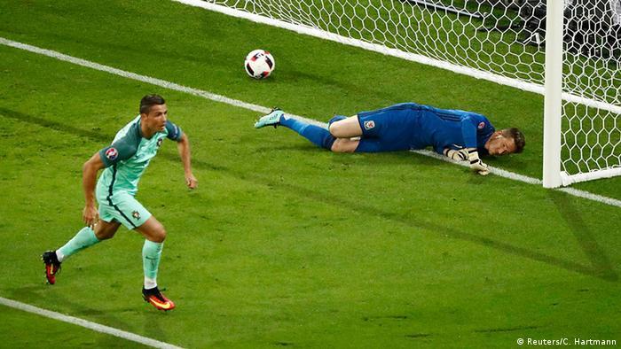 80b820c7fb Euro 2016 Portugal vs Wales Ronaldo. Cristiano Ronaldo marcou seu nono gol  em Eurocopas