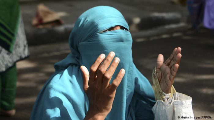 Bangladesch Dhaka verhüllte Muslima im Gebet beim Ramadanfest