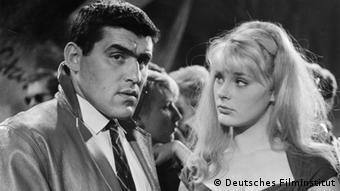 Filmszene aus Am Tag als der Regen kam: Mario Adorf und Elke Sommer, Foto: Deutsches Filminstitut/Deutsches Filmmuseum Frankfurt am Main