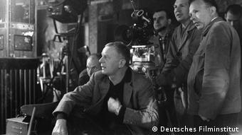 Film Locarno Helmut Käutner (sitzend) bei Dreharbeiten (Foto: Deutsches Filminstitut)