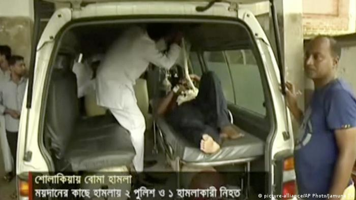 In this image made from video provided by Jamuna TV, injured people are assisted after a militant attack in Kishoreganj Copyright: picture-alliance/AP Photo/Jamuna TV