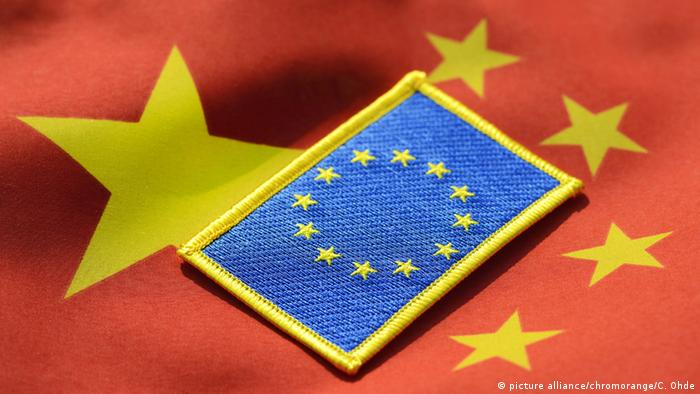 EU-Fahne auf China-Fahne (picture alliance/chromorange/C. Ohde)