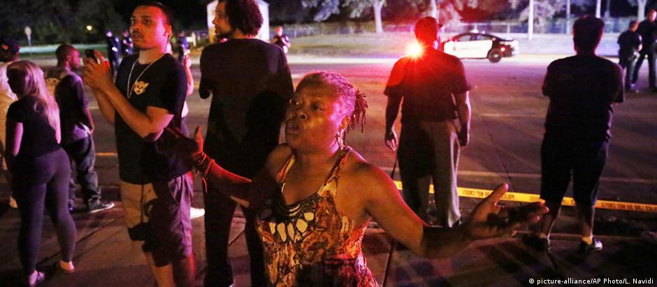 Moradores se reúnem em local onde homem negro teria sido morto pela polícia em Falcon Heights, Minnesota