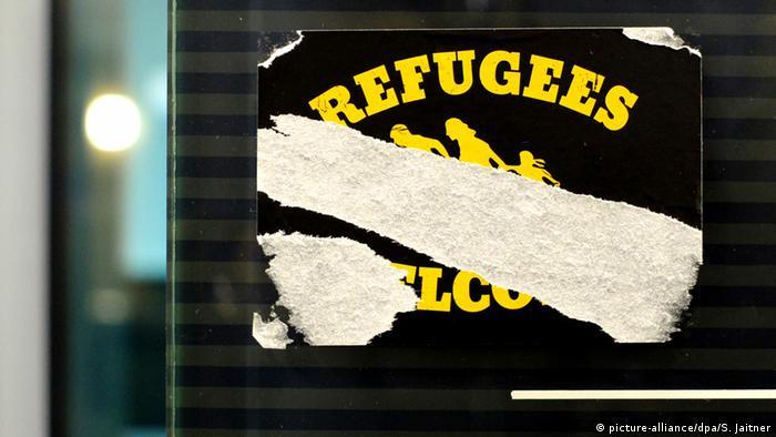 Deutschland verschlissener Aufkleber Refugees welcome