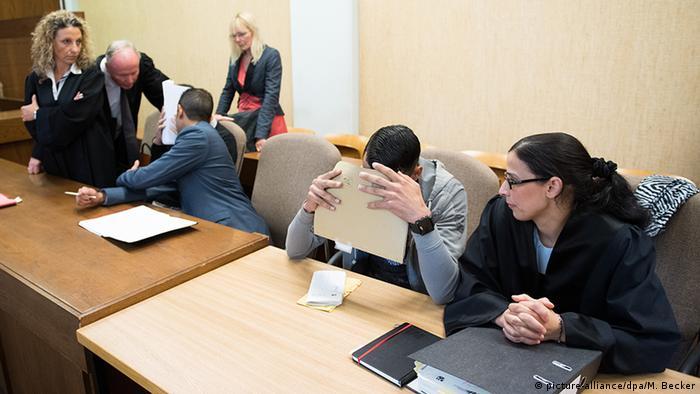 Обвиняемые в зале суда в Кельне