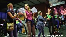 Freiwillige Helfer bei der Versorgung von Flüchtlingen im Münchner Hauptbahnhof 2015