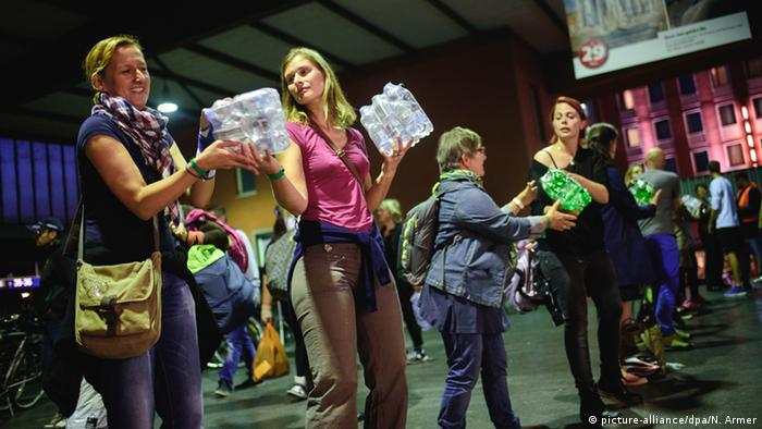 Deutschland Empfang Flüchtlinge in München - Freiwillige Helfer HBF (picture-alliance/dpa/N. Armer)
