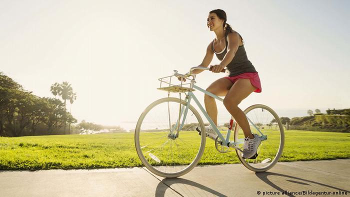 Девушка на велосипеде на работу модели работы педагога