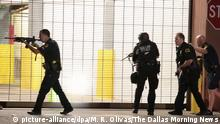 7.72016 *** Dallas police respond after shots were fired during a protest over recent fatal shootings by police in Louisiana and Minnesota, Thursday, July 7, 2016, in Dallas. Snipers opened fire on police officers during protests; several officers were killed, police said. (Maria R. Olivas/The Dallas Morning News via AP) Copyright: picture-alliance/dpa/M. R. Olivas/The Dallas Morning News