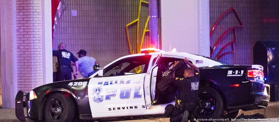 Policial se protege durante tiroteio em Dallas: cinco agentes foram mortos