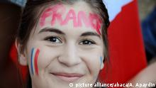 07.07.2016 *** France supporters watch on giant screens the Euro 2016 semi-final football match Franc v Germany on the Champs de Mars in Paris, on July 7, 2016. France won 2-0 and will face Portugal in the Euro 2016 finals on July 10, 2016. Photo by Alain Apaydin/ABACAPRESS.COM Copyright: picture alliance/abaca/A. Apaydin