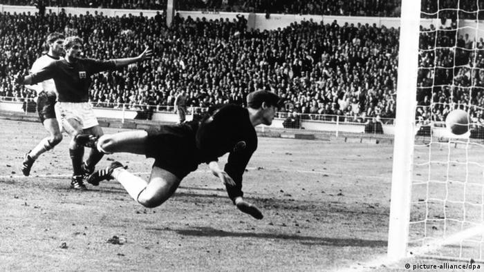 O goleiro Hans Tilkowski no momento do famoso Gol de Wembley, na final da Copa de 1966
