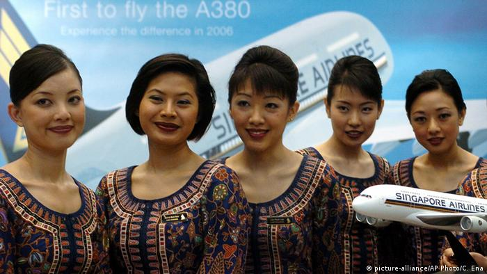 Flugbegleiterinnen Fluggesellschaft Singapore Airlines (picture-alliance/AP Photo/C. Ena)