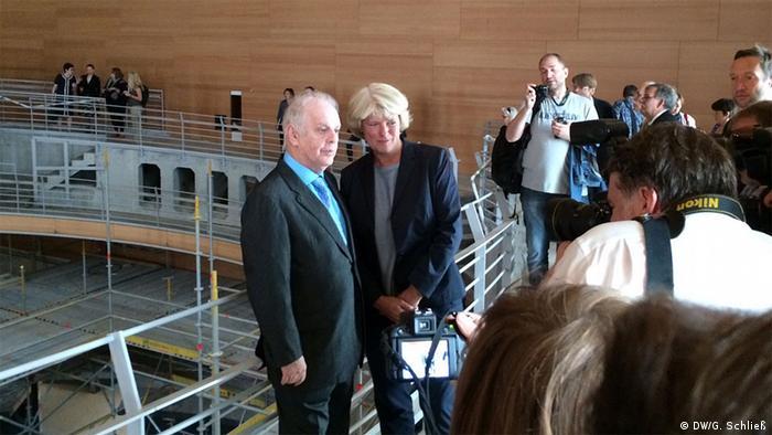 Daniel Barenboim gemeinsam mit Staatsministerin Grütters beim Rundgang in der Baustelle der Barenboim-Said Akademie