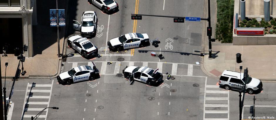 Cenário do massacre: carros de polícia no local onde o franco-atirador matou cinco pessoas