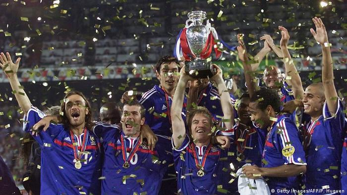 UEFA EURO 2000 Fußball EM Didier Deschamps mit Trophäe