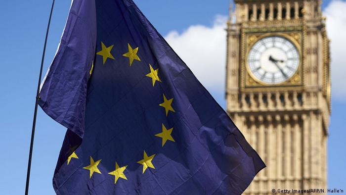 Großbritannien Europaflagge vor dem Big Ben in London