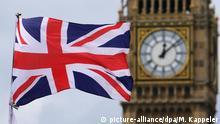 Großbritannien britische Fahne vor dem Big Ben in London