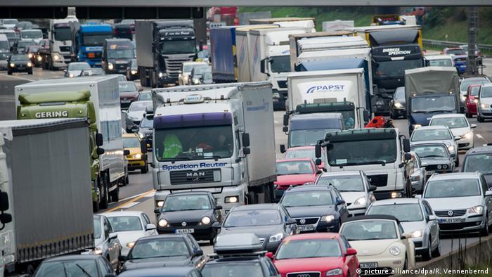 Stau auf der deutschen Autobahn zu Ferienbeginn (Foto: picture alliance/dpa/R. Vennenbernd)