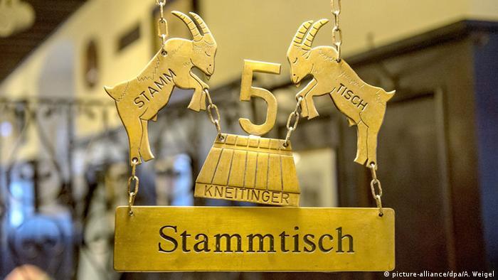 Symbolbild Stammtisch Schild (picture-alliance/dpa/A. Weigel)
