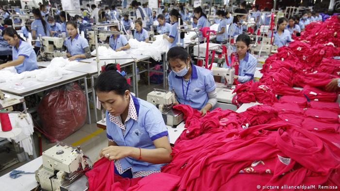 Workers in a Cambodian garment factory (picture alliance/dpa/M. Remissa)