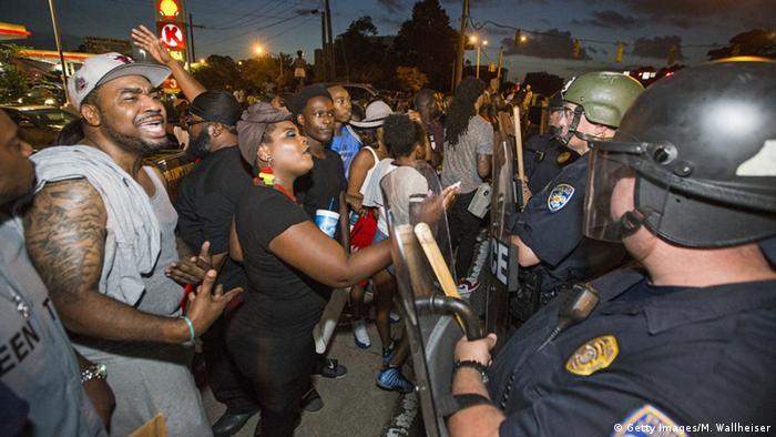 US-Polizei und Demonstranten in Baton Rouge stehen sich gegenüber. Foto: Mark Wallheiser/Getty Images)