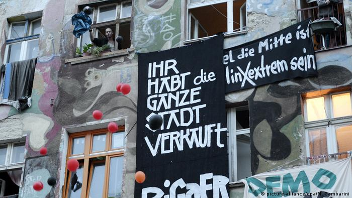 Left-wing poster on Rigaer Strasse in Berlin (picture-alliance/dpa/M. Gambarini)