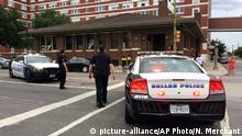 09 Juli 2016 Police shut down the street in front of Dallas Police headquarters in an apparent lockdown Saturday, July 9, 2016, as part of heightened security measures after a gunman launched an attack at a Thursday night rally that left several officers dead. (AP Photo/Nomaan Merchant) | Copyright:picture-alliance/AP Photo/N. Merchant