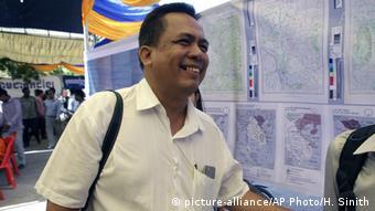 Kem Ley geht lächelnd durchs Bild (Foto: picture-alliance/AP Photo/H. Sinith)