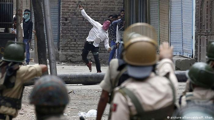 A Kashmiri Muslim protester throws stones at Indian police during clashes in Srinagar, the summer capital of Indian Kashmir, 10 July 2016 (Photo: picture-alliance/dpa/F. Khan)
