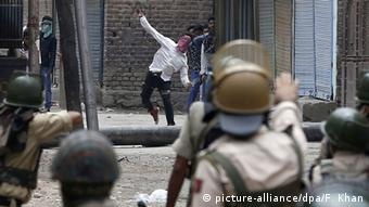 A Kashmiri Muslim protester throws stones at Indian police during clashes in Srinagar, the summer capital of Indian Kashmir, 10 July 2016 (Photo: EPA/FAROOQ KHAN +++(c) dpa - Bildfunk+++)