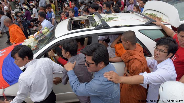 Tausende Menschen, darunter auch viele buddhistische Mönche, begleiten den Leichnam des getöteten Aktivisten auf seiner letzten Reise durch Phnom Penh